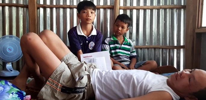 Vượt gần 400 km để giúp đỡ gia đình em học sinh nghèo gặp biến cố - Ảnh 3.