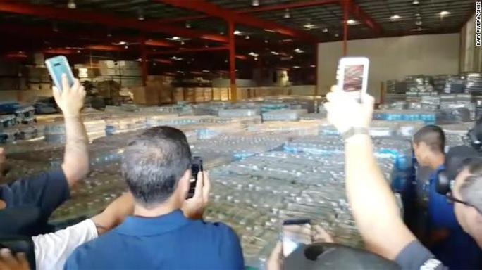 Dân thiếu thốn, cả kho hàng cứu trợ Puerto Rico để mốc meo - Ảnh 1.