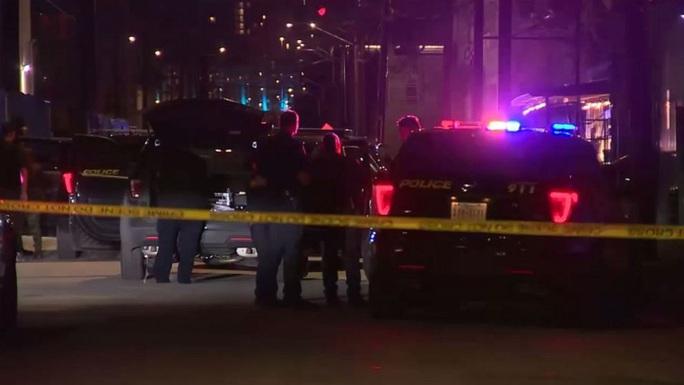 """Mỹ: """"Rải đạn"""" ở quán bar, 7 người thương vong - Ảnh 1."""