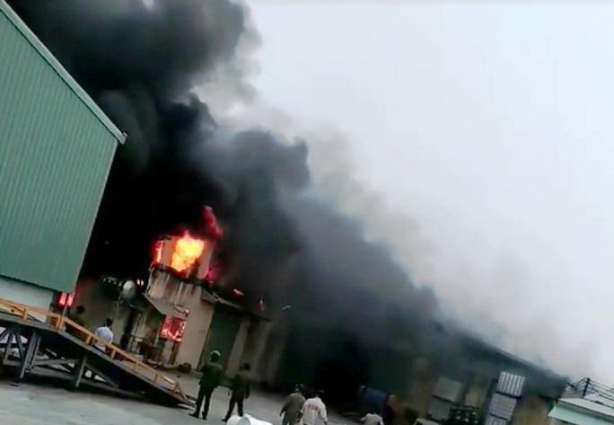 Cháy cơ sở sản xuất bao bì ngày 26 Tết, thiệt hại hàng tỉ đồng - Ảnh 1.
