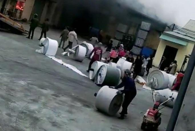 Cháy cơ sở sản xuất bao bì ngày 26 Tết, thiệt hại hàng tỉ đồng - Ảnh 2.