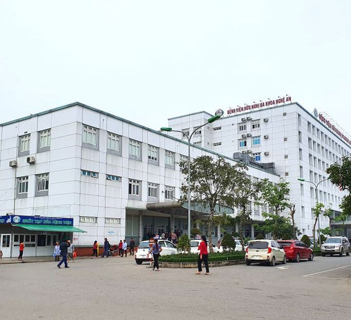 Tạm đình chỉ công tác bác sĩ vì bị tố ôm nữ sinh viên thực tập ngủ trong ca trực  - Ảnh 2.