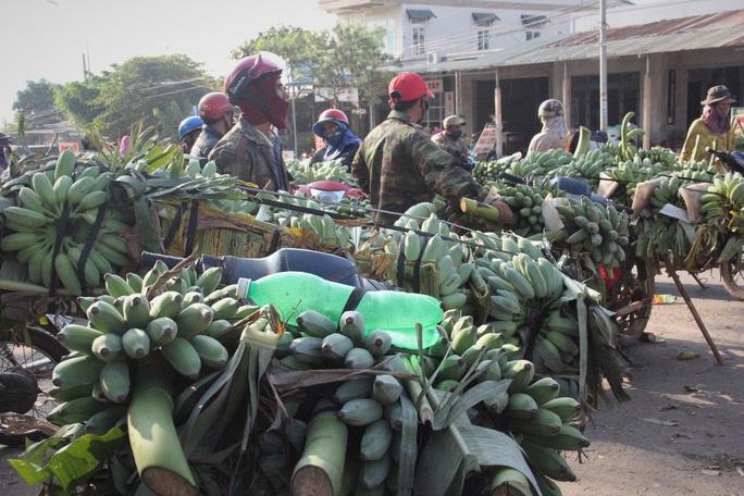 Cận cảnh chợ chuối mật mốc lớn nhất miền Trung ngày cận Tết - Ảnh 3.