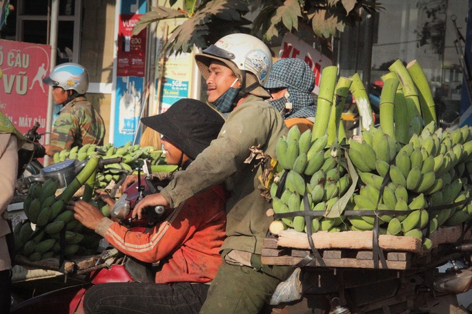 Cận cảnh chợ chuối mật mốc lớn nhất miền Trung ngày cận Tết - Ảnh 7.