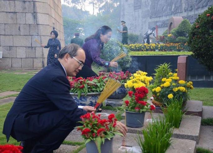 Lãnh đạo Chính phủ và TP HCM thăm hỏi, dâng hương - Ảnh 1.