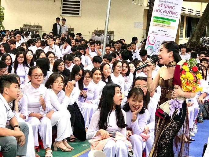 Suất diễn cuối năm đầy xúc động của NS Bình Tinh, Phạm Huyền Trâm - Ảnh 1.
