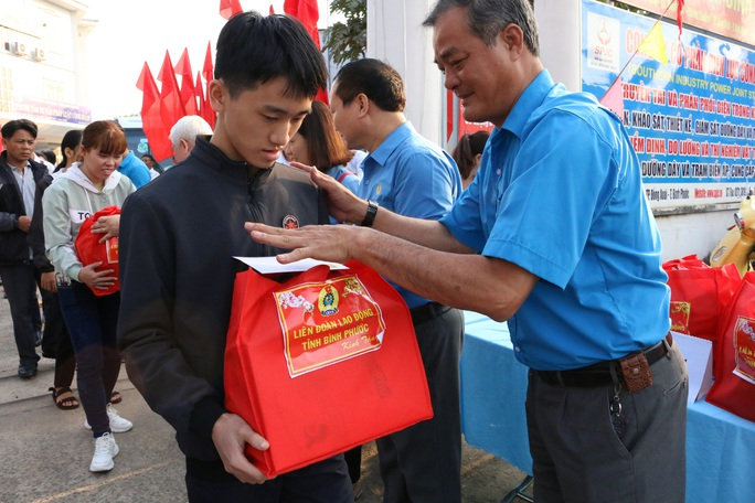 Bình Phước: Chuyến xe nghĩa tình đưa 227 công nhân về quê ăn Tết - Ảnh 1.