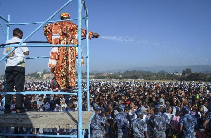 """'. Sập khu ghế ngồi """"xịn"""" tại lễ hội, cả trăm người thương vong .'"""