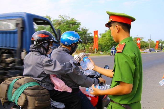 Mát lòng những chai suối lạnh của công an tặng người dân về quê ăn Tết - Ảnh 3.