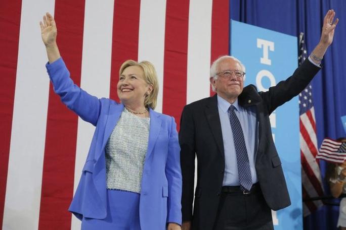 Bà Clinton chỉ trích ứng viên tổng thống đảng Dân chủ - Ảnh 1.