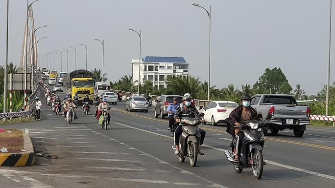 Xe cộ đang sướng rơn người trên đường về miền Tây - Ảnh 2.