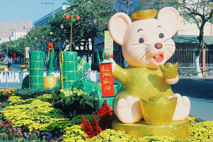Úm ba la..., những chú chuột trên Đường hoa Xuân Gò Công biến hình - Ảnh 8.