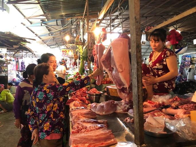 Chợ ế toàn tập, người bán trái cây, thịt heo khóc ròng - Ảnh 3.