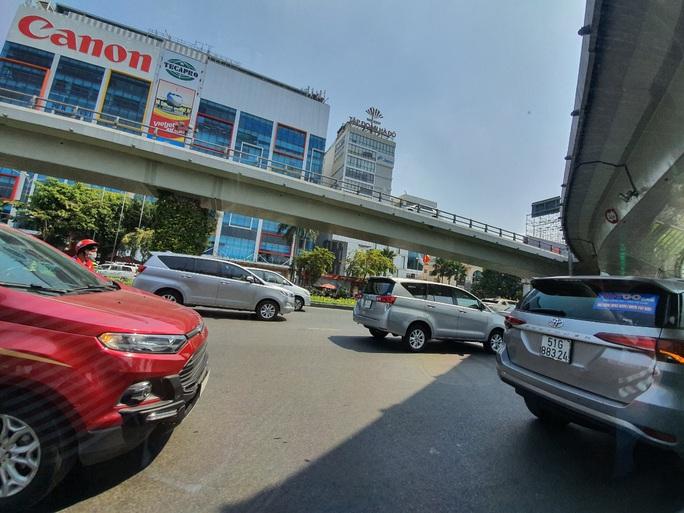Đường ra sân bay vắng, máy bay xếp hàng chờ cất cánh ở Tân Sơn Nhất - Ảnh 3.