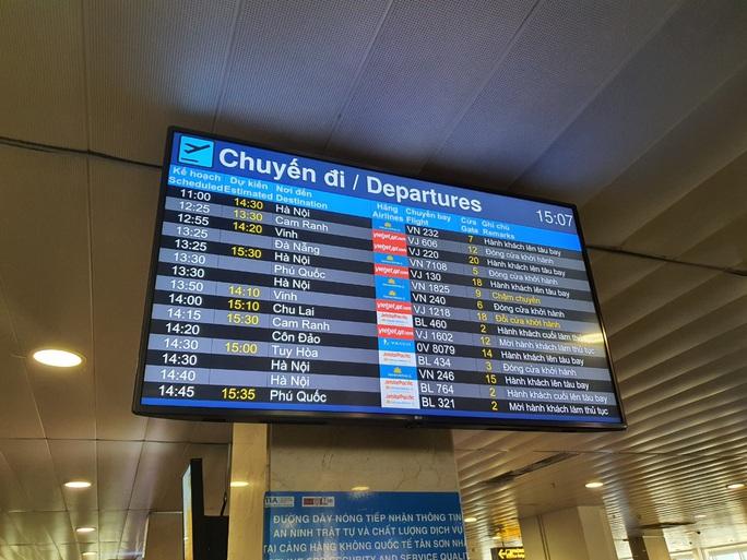 Đường ra sân bay vắng, máy bay xếp hàng chờ cất cánh ở Tân Sơn Nhất - Ảnh 5.