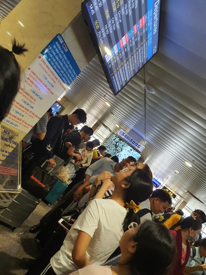 Đường ra sân bay vắng, máy bay xếp hàng chờ cất cánh ở Tân Sơn Nhất - Ảnh 4.