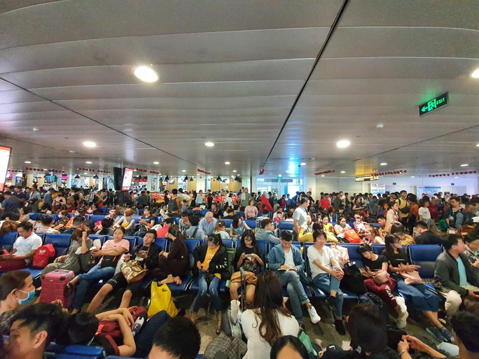 Đường ra sân bay vắng, máy bay xếp hàng chờ cất cánh ở Tân Sơn Nhất - Ảnh 2.