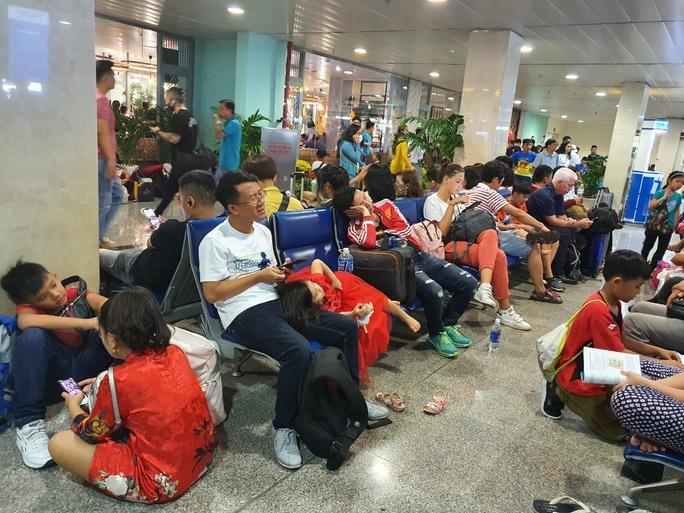 Đường ra sân bay vắng, máy bay xếp hàng chờ cất cánh ở Tân Sơn Nhất - Ảnh 9.