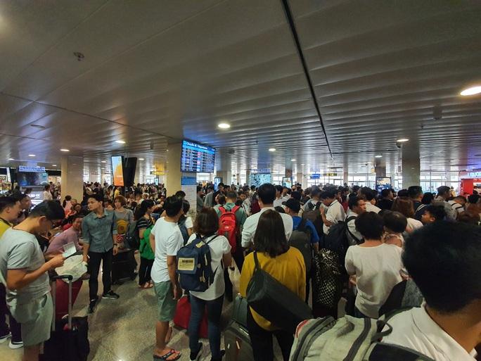 Đường ra sân bay vắng, máy bay xếp hàng chờ cất cánh ở Tân Sơn Nhất - Ảnh 6.