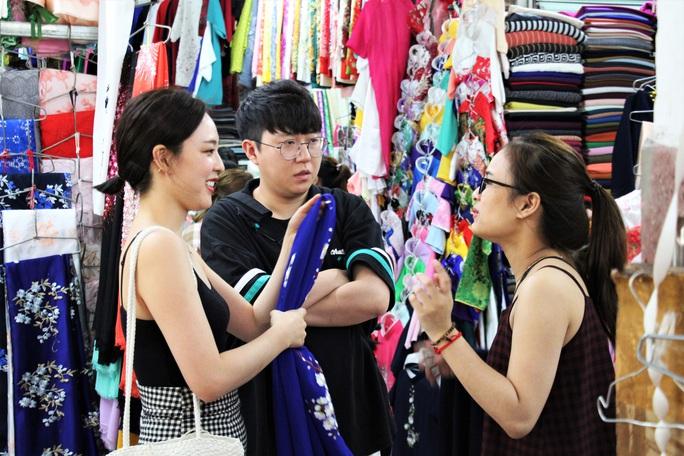 Độc đáo áo dài may nóng lấy liền tại Đà Nẵng - Ảnh 1.