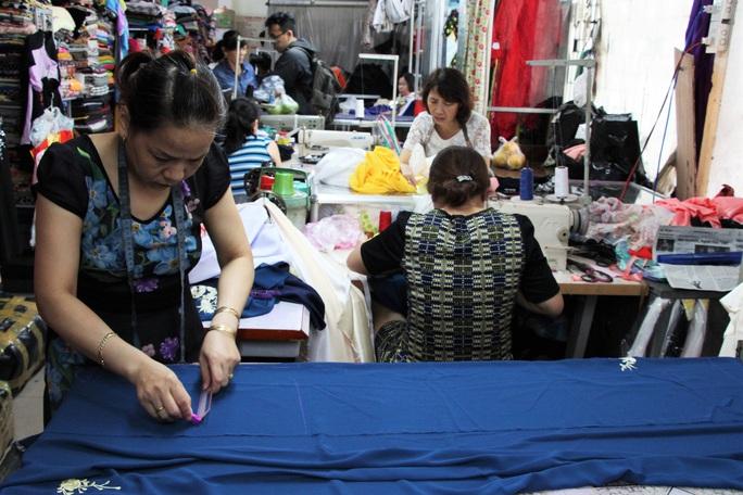 Độc đáo áo dài may nóng lấy liền tại Đà Nẵng - Ảnh 2.