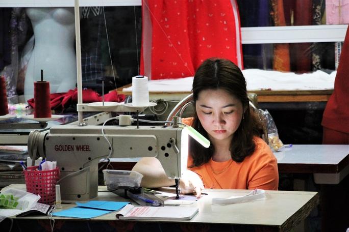 Độc đáo áo dài may nóng lấy liền tại Đà Nẵng - Ảnh 3.