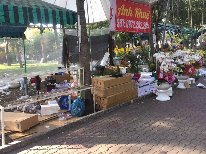 Chen nhau mua hoa giảm giá sáng 30 Tết, hàng chục gốc đào xứ Bắc bị bỏ lại ở chợ hoa - Ảnh 4.