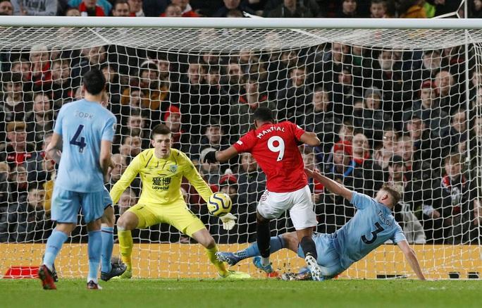 Man United thua sấp mặt, Burnley lập kỳ tích tại Old Trafford - Ảnh 2.