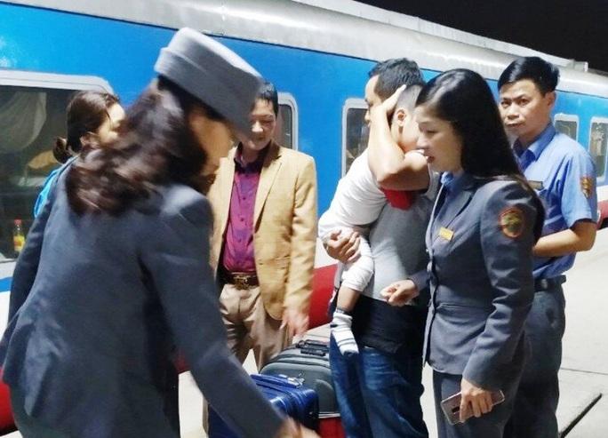 15 hành khách hạnh phúc khi được xuống ga Thanh Hóa để kịp về quê đón Tết - Ảnh 1.
