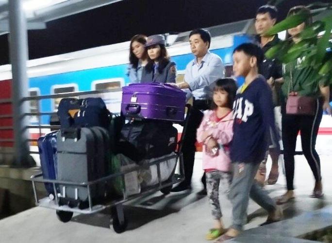15 hành khách hạnh phúc khi được xuống ga Thanh Hóa để kịp về quê đón Tết - Ảnh 2.