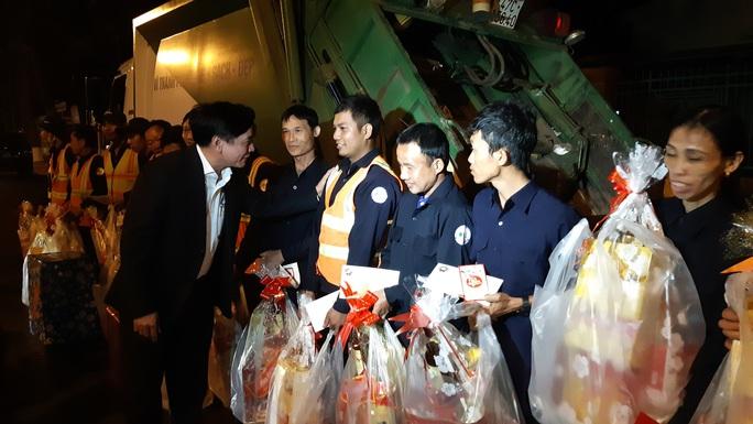 Bí thư Tỉnh ủy Đắk Lắk xuống đường động viên lao công trong đêm - Ảnh 1.