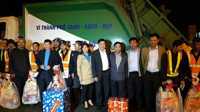 Bí thư Tỉnh ủy Đắk Lắk xuống đường động viên lao công trong đêm - Ảnh 2.