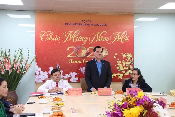 Chủ tịch Tổng LĐLĐ Việt Nam thăm, chúc tết Bệnh viện Phụ sản Trung ương - Ảnh 1.