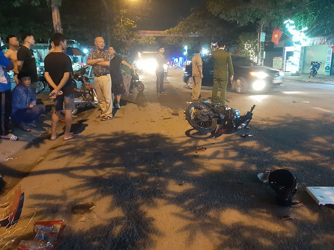 Xe máy đấu đầu, 2 người văng xuống đường nguy kịch - Ảnh 1.