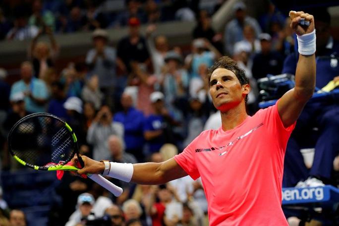 Clip Rafael Nadal ôm hôn bé gái nhặt bóng sau khi đánh trúng đầu cô - Ảnh 3.