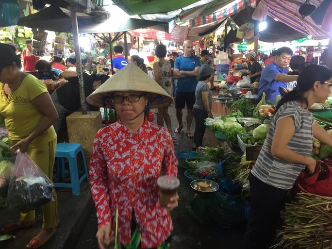 Sáng 30 Tết, hàng hóa ở chợ vẫn không giảm giá - Ảnh 4.