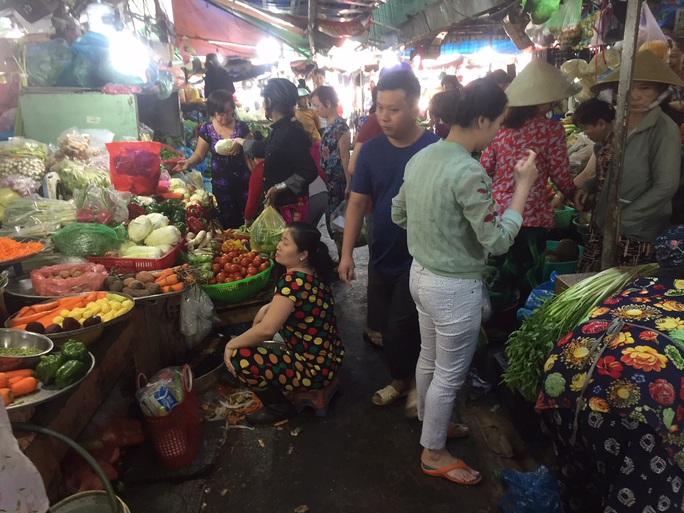 Sáng 30 Tết, hàng hóa ở chợ vẫn không giảm giá - Ảnh 3.