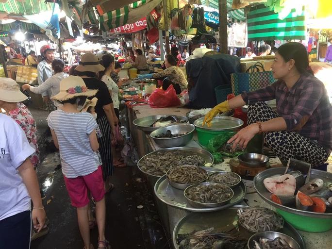Sáng 30 Tết, hàng hóa ở chợ vẫn không giảm giá - Ảnh 2.