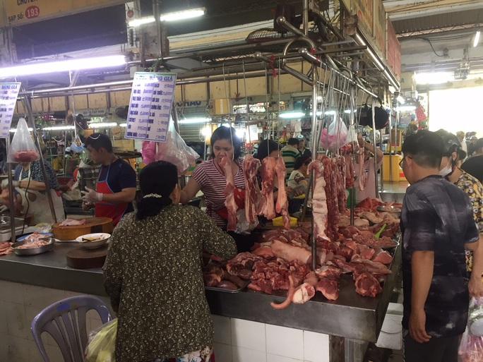 Sáng 30 Tết, hàng hóa ở chợ vẫn không giảm giá - Ảnh 5.