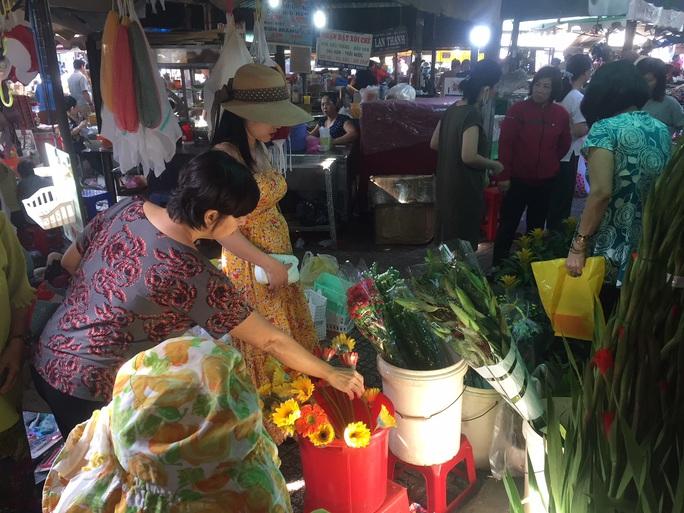 Sáng 30 Tết, hàng hóa ở chợ vẫn không giảm giá - Ảnh 1.