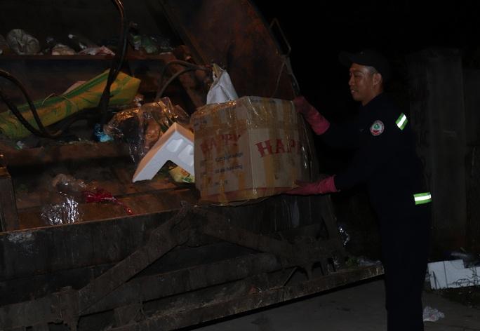 Bí thư Tỉnh ủy Đắk Lắk xuống đường động viên lao công trong đêm - Ảnh 3.