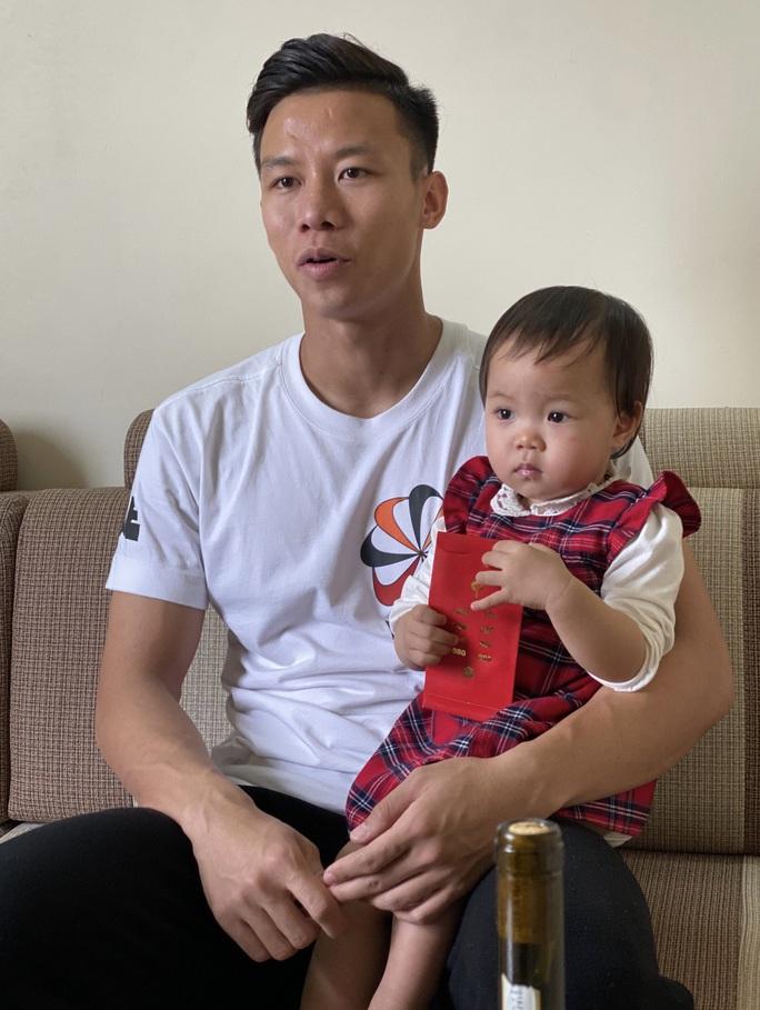 Quế Ngọc Hải bế con, Phan Văn Đức bối rối cùng vợ chúc Tết bạn đọc Báo Người Lao Động - Ảnh 2.