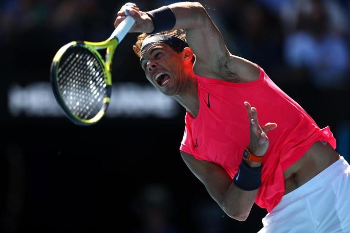 Clip Rafael Nadal ôm hôn bé gái nhặt bóng sau khi đánh trúng đầu cô - Ảnh 2.