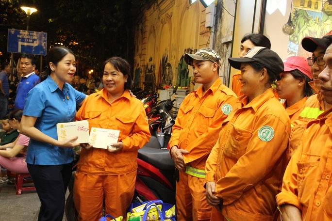 Công nhân vệ sinh làm việc xuyên đêm giao thừa - Ảnh 7.