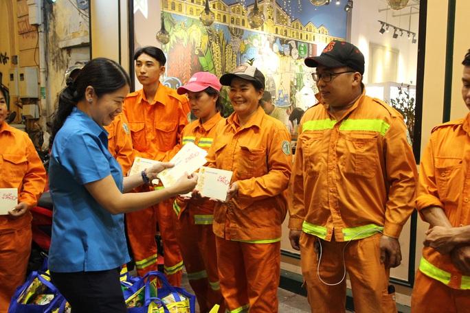 Công nhân vệ sinh làm việc xuyên đêm giao thừa - Ảnh 6.