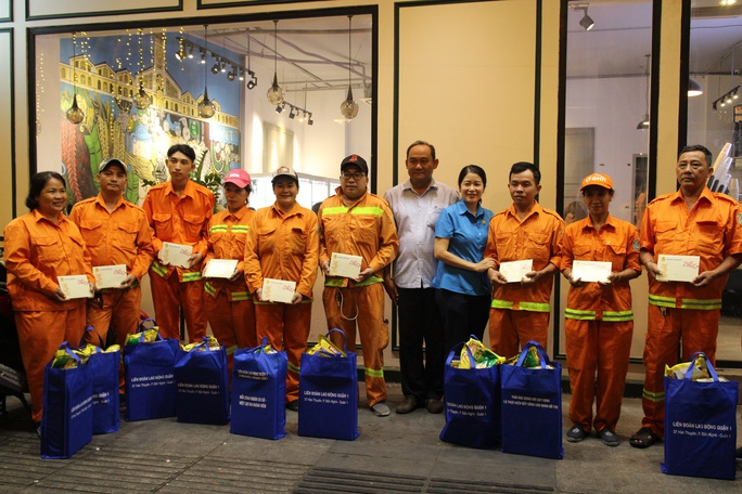 Công nhân vệ sinh làm việc xuyên đêm giao thừa - Ảnh 8.