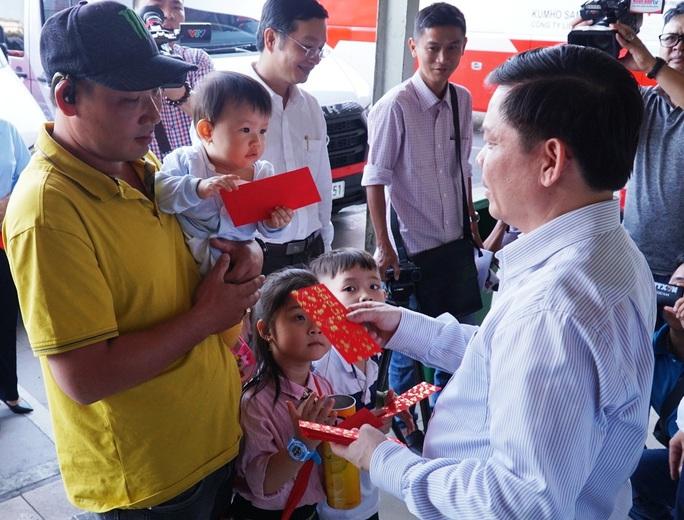 Bộ trưởng Bộ GTVT Nguyễn Văn Thể thăm, chúc Tết CBCNV Bến xe Miền Đông - Ảnh 6.