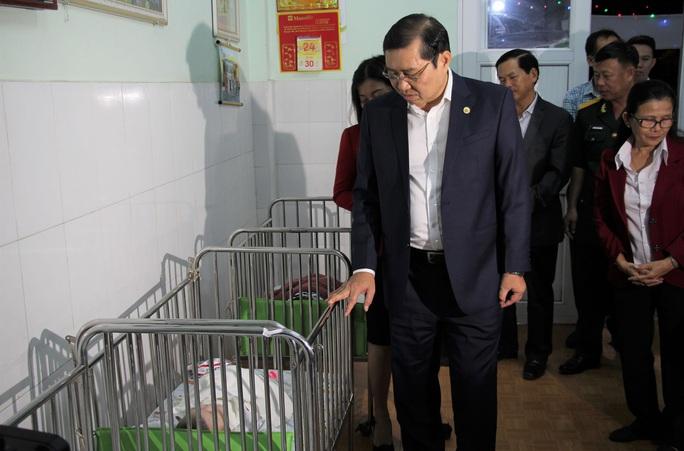 Chủ tịch TP Đà Nẵng thăm trẻ mồ côi trong đêm giao thừa  - Ảnh 1.