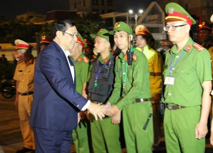 Chủ tịch TP Đà Nẵng thăm trẻ mồ côi trong đêm giao thừa  - Ảnh 2.