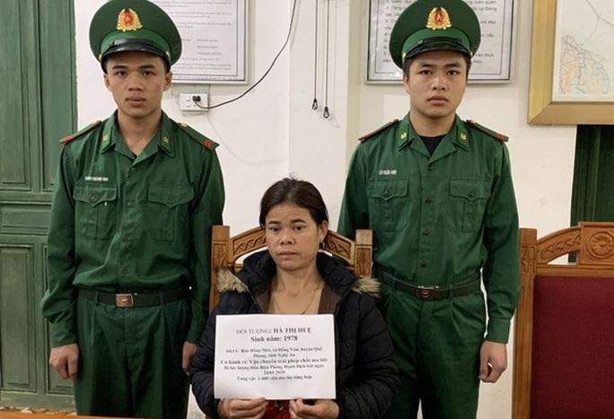 Người phụ nữ bị bắt giữ cùng 1.400 viên ma túy vào ngày 30 Tết - Ảnh 1.